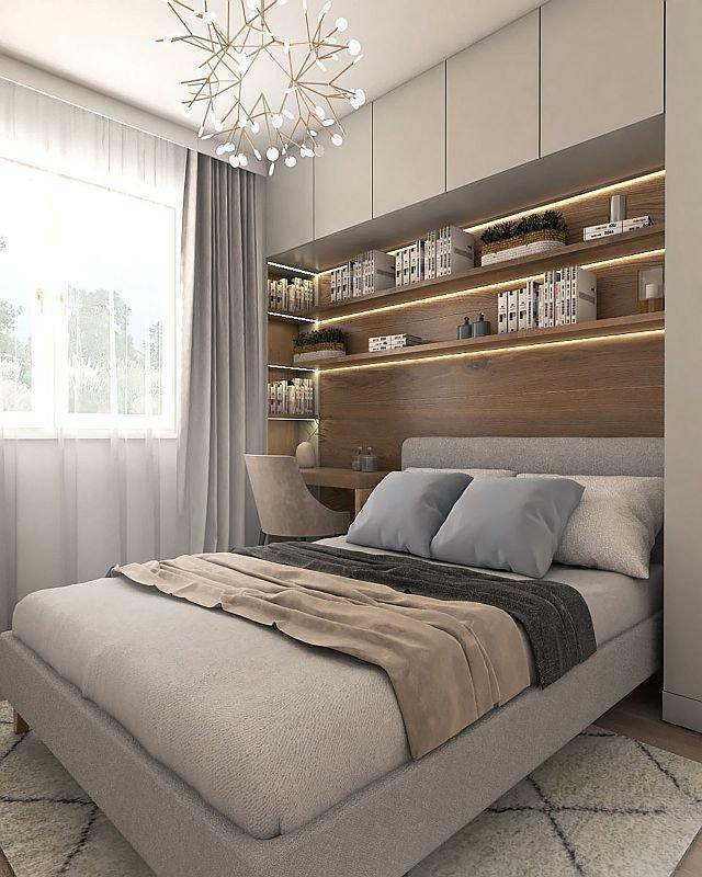W sypialni żaden skrawek przestrzeni się nie marnuje. Aby dobrze wykorzystać niewielką powierzchnię, łóżko obudowano z trzech stron. Przy oknie jest kącik do pracy i ścienne półki na dokumenty, przy drzwiach stoi szafa, a pod sufitem wiszą szafki na rzad.