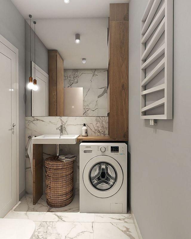 Drugi schowek przewidziano przy umywalce. To wąska, ale pojemna szafka, która opiera się na blacie zamontowanym obok umywalki. Pod nim jest miejsce na pralkę, a obok – na kosz na bieliznę. Do wykończenia pomieszczenia użyto drewna i pięknych, imitujących.