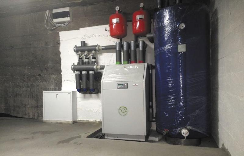 Przykład zastosowania gruntowej pompy ciepła w modernizowanym domu z lat 70. XX wieku. Pompa została zainstalowana w miejsce starego kotła węglowego i umieszczona w piwnicy. Dom poddano wcześniej kompleksowej termomodernizacji. Fot. A. Drzazga