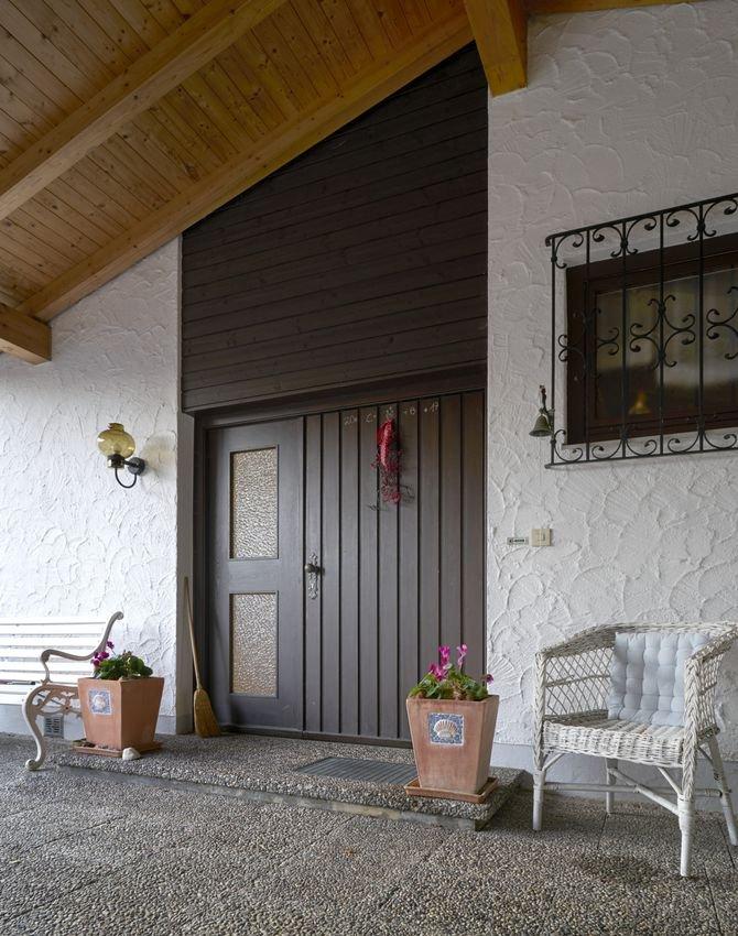 Przed wymianą: obszar wejścia jest ciemny i sprawia wrażenie zaniedbanego. Dodatkowo stare drzwi nie spełniają wymagań dotyczących ochrony przeciwwłamaniowej i izolacyjności cieplnej.