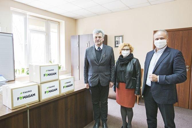 FAKRO na ręce zastępcy dyrektora Bogusława Latacza, przekazało szpitalowi w Nowym Sączu 800 sztuk własnej produkcji maseczek ochronnych, wspierając służbę zdrowia w walce z wirusem.