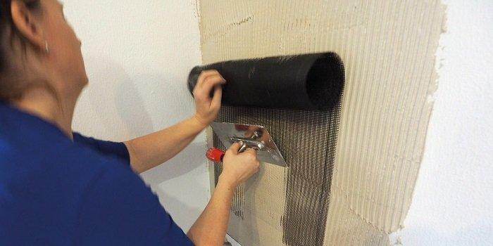 Po prostym zaszpachlowaniu w ścianie tkanina grzewcza znika całkowicie niewidocznie za tapetą.