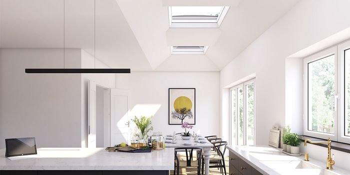 Okna zamontowane w dachach płaskich znajdują się dość wysoko, dlatego warto wybrać te, które są wyposażone w system elektrycznego sterowania (dostępne są również modele otwierane ręcznie za pomocą specjalnego uchwytu); fot. VELUX
