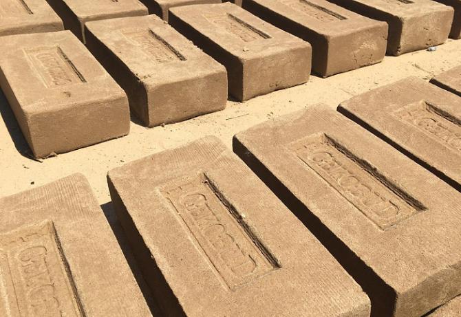 Cegły ręcznie formowane najwyższej jakości, fot. Cekobud